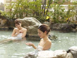 道後温泉の泉質はアルカリ性単純温泉。湯上りの素肌は、何度も確かめたくなるほどしっとり♪