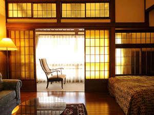金茶ガラスの淡い光が特徴的な洋風客室