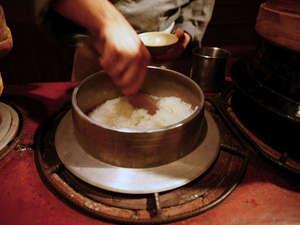"""お食事は目の前の""""おくどさん""""より、炊き立てをご提供。釜で炊くたお米は一味も二味も違います。"""