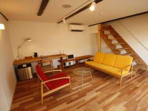 【KURA02】白壁の米蔵をリノベーション。1階がリビング、2階がベッドルームのメゾネットタイプの客室
