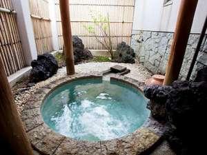 こじんまりとした露天風呂は源泉掛け流し