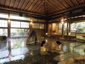 ◆楽山の湯◆ 数奇屋造りの天井と巨石が特徴の大浴場