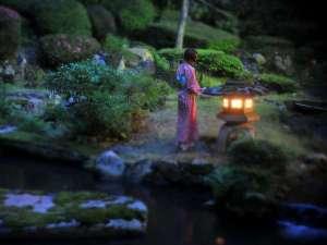 【依水園】夜の依水苑。日中とは違い幻想的な雰囲気を作り出します。