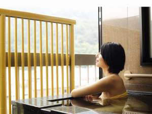 【半露天付き和洋室<双葉・禁煙>】半露天風呂(開閉可能) ※温泉使用