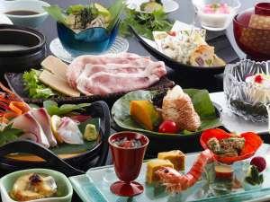 地獲れの鮮魚に野菜、関金産マーブルポークを使用した料理など全12種の会席料理。