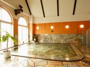 【男性大浴場】ほんわりと湯気に包まれながら、ゆっくり入る温泉は、日頃の疲れも癒す極楽な気分に。
