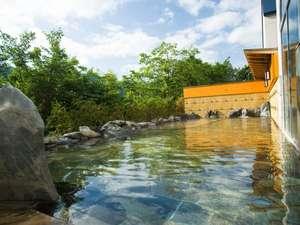 【男性露天風呂】すがすがしい森の空気を味わえる、開放感のある露天風呂