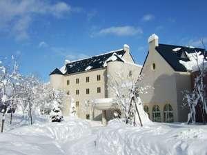 【ホテル外観】冬12月~2月頃の様子厳しい寒さとともに、静寂に包まれた白い世界が広がります。