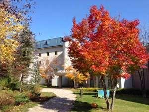 【ホテル外観】秋10月頃の様子マウレ山荘周辺の木々の紅葉が始まります。