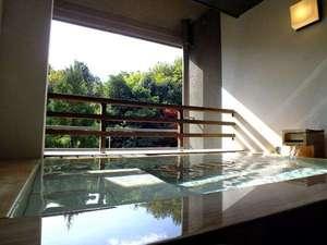 和モダン西館【半露天風呂】源泉掛け流し。洗い場に畳のスペースがあります。