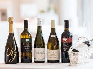 専属のソムリエがメニューに合わせてセレクトするワインは、ビオと国産