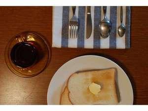 朝食にトースト・ジャム・バター・コーヒー・紅茶をご用意