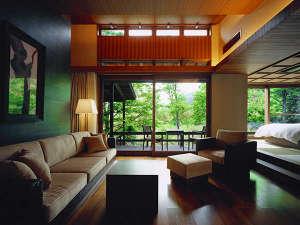 クヌギの森の中に点在する離れ客室ではプライベートな時間を楽しむ贅沢な空間をご用意しております。