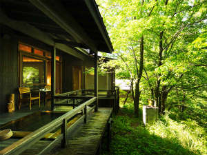 【客室テラス】テラスの外にはクヌギの森が広がり森林浴をご堪能いただけます。