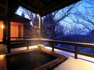 【客室露天風呂イメージ】冬は白銀の雪を眺めながら入浴を楽しめる