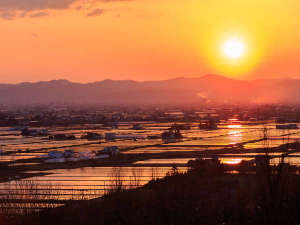 当ホテル前から望む上川100万石に沈む夕日