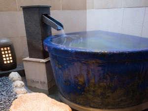 [壺風呂] 一人で入れる壷風呂で夜空を眺め、ごゆっくりおくつろぎくださいませ。
