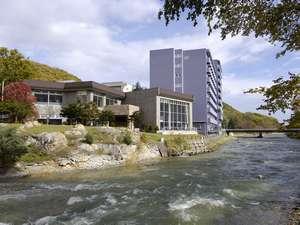 ホテル川向の河川敷からのホテル外観
