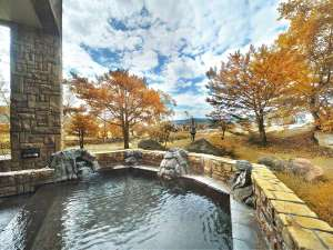 秋の露天風呂。黄色やオレンジに染まる木々を眺めながらの入浴は格別です。