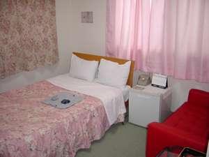 セミダブルベッド設置のシングルルーム213号室、カップル様でも大浴場有。貸切利用可。
