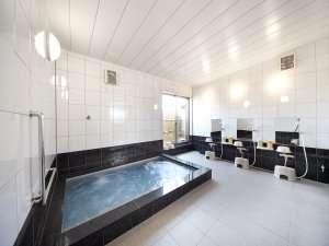 清潔感ただよう明るい浴室。ジェットバスで一日の疲れを癒してください。