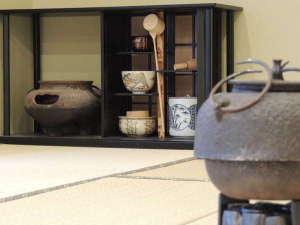 お茶室では茶道を楽しむことができます。