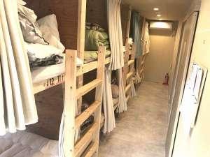 女性部屋の2段ベッドになります。実際は写真よりも広く感じます。
