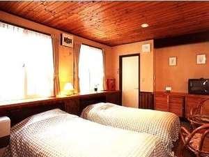 バストイレ付ツインルーム。木目調のシックなお部屋。日当たりも良くて◎!