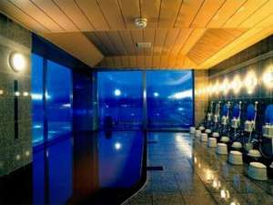 ホテルの地下から湧く茶褐色の温泉は湯冷めしにくく、体の芯までポッカポッカ♪15時~2時、朝5時~10時まで