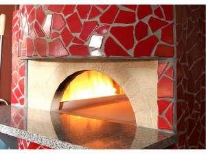 レストランには本格的なピザ窯もあります