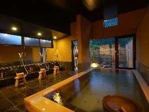 07年8/1オープン。掛け流しの温泉があふれる内湯&露天風呂