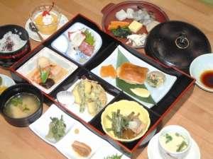 きらくセット夕食1950円。箱弁当五点、茶碗蒸し、鍋物、デザートなど