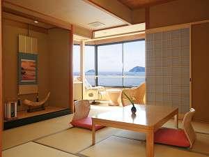 全客室から壮大な琵琶湖の眺望を楽しむことができる。露天風呂も備わった客室で上質な寛ぎを。