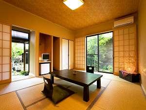客室には全て専用の半露天風呂がついており、ご家族やご夫婦で誰にも気兼ねなく愉しめる。
