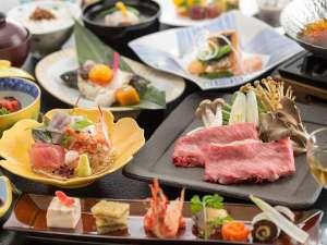 月替わりでお楽しみいただける会席料理。地元の食材を始め、季節を感じられるお料理をご提供いたします。
