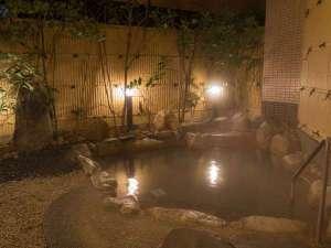 【露天風呂】温泉は炭酸水素塩泉。やわらかいお湯で湯上りはお肌つるつるに。『美人の湯』として人気です。