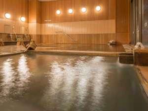 【大浴場・檜風呂】じっくり体を温められます。温泉は時間で男女入れ替え制、岩風呂もどうぞ。