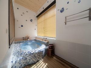 風庵 風呂1枚1枚手描きのタイルが魅力的な浴槽です