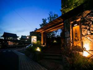 夢蔵入口(写真手前右)道後温泉本館(写真左奥)