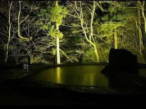 田園と林に囲まれた解放感あふれる露天風呂は、夜間ライトアップ!