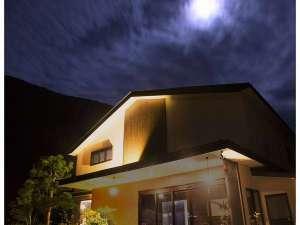 夜には稜線と月、流れる雲が息をのむ景色を作り出します