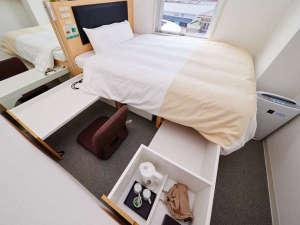 ベッドの中からデスクや家電が出てきます。