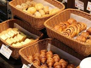 朝食:11種類の焼きたてパン♪