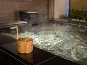男女別天然温泉「源氏翼の湯」那須塩原の源泉敷島温泉より運んでおります。