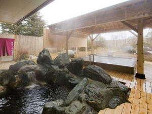 *露天風呂は2つ。岩風呂はぬめりのある茶褐色の湯。