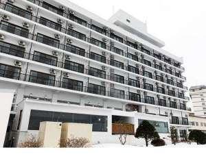【外観】湖側から眺めるホテル華美。外観もリニューアルされている