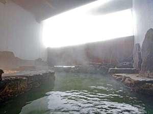 【温泉大浴場】開放的な露天風呂でゆっくりと湯浴みをどうぞ