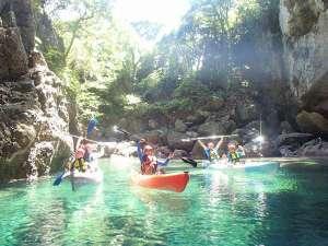 宿泊者限定の清瀧洞門ツアー!別名「青の洞窟」と呼ばれるだけあって、透明度は抜群☆