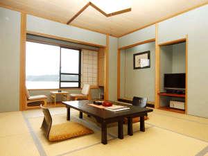 2階和室(花椿)全室から三方湖を一望できます♪