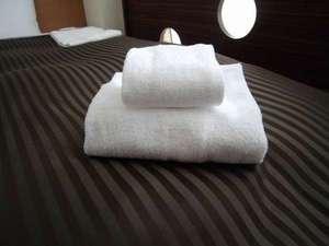 清潔なタオルとベッド